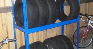 gebrauchtes reifenregal in der garage